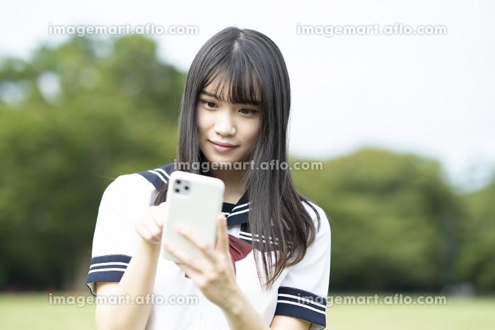 スマホを操作する女子高生の販売画像