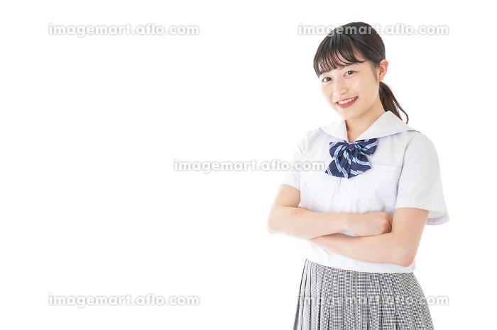 腕を組む制服を着た女子学生の販売画像