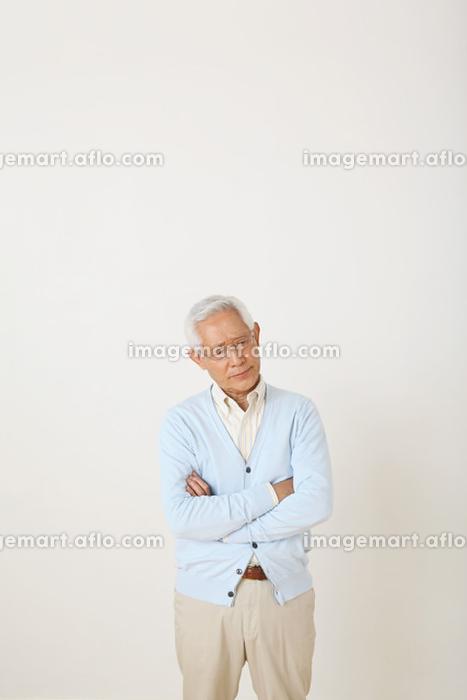 考え込むシニア日本人男性