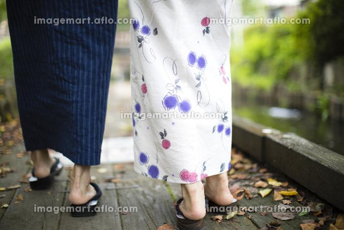 河原沿いを歩く浴衣姿のカップル