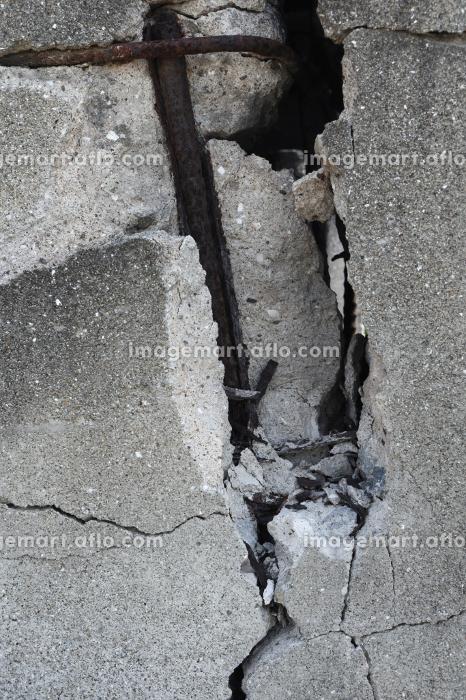 壊れて鉄筋が出ているコンクリート壁 2 縦位置の販売画像