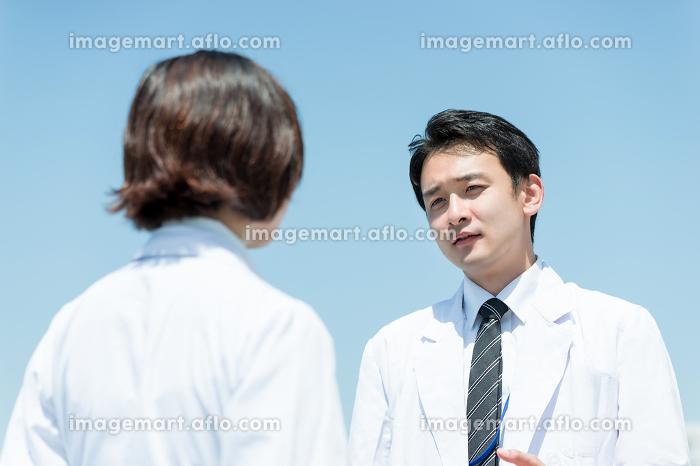 向かい合い男女(白衣・医者・指示・説教)の販売画像