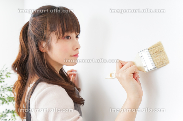 DIY・ペンキを塗る女性の販売画像