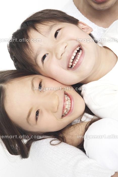 笑顔の姉弟の販売画像