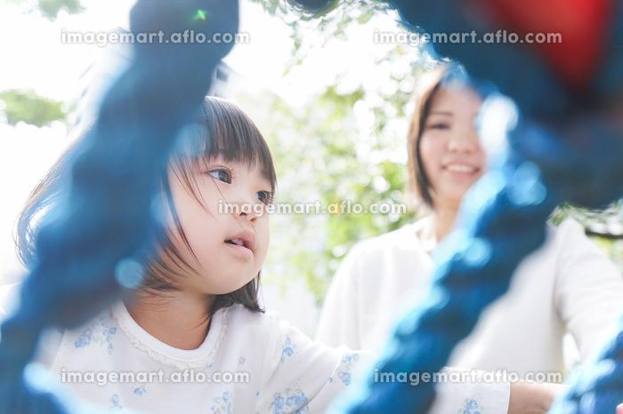 屋外で遊ぶ子供の販売画像