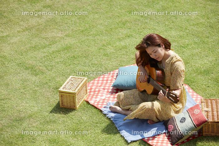 ギターを弾く日本人女性の販売画像