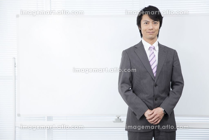 ホワイトボードの前に立つ男性の販売画像