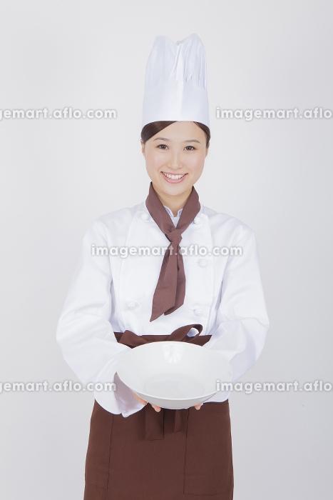 お皿を持つ女性料理人