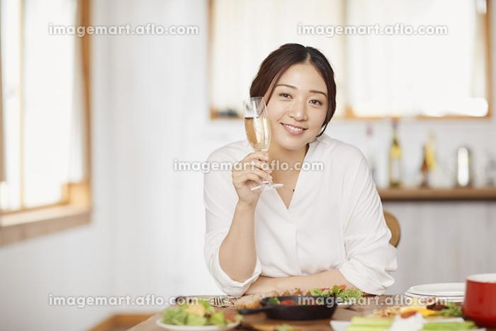 シャンパンを楽しむ日本人女性