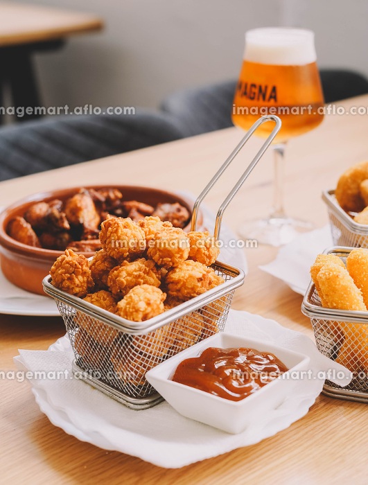 Ration of balls stuffed with cheese and chicken wingsの販売画像
