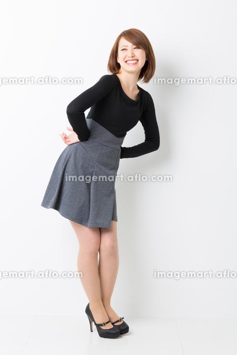 笑顔の女性 カジュアル 全身の販売画像
