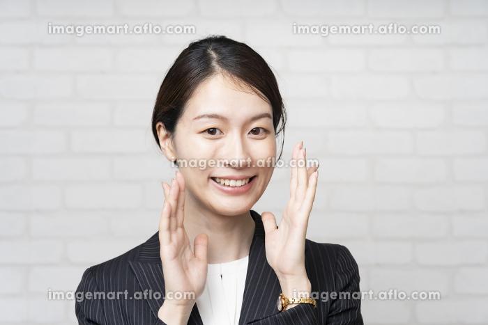 応援のポーズをするビジネスウーマンの販売画像