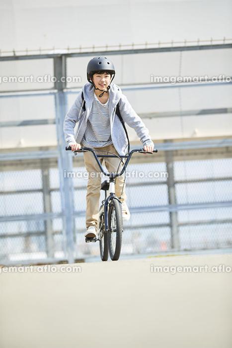 自転車に乗っている日本人中学生の販売画像