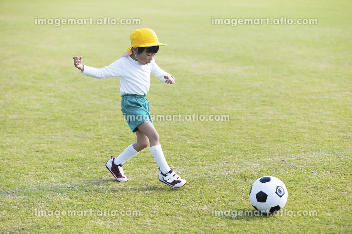 サッカーをする男の子の販売画像