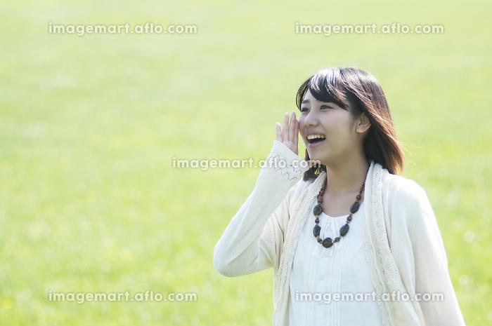 草原で叫ぶ女性