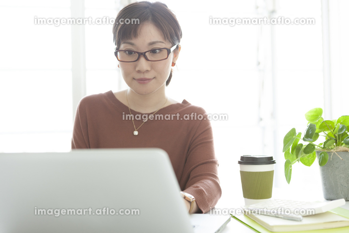 PC操作をするビジネスウーマンの販売画像