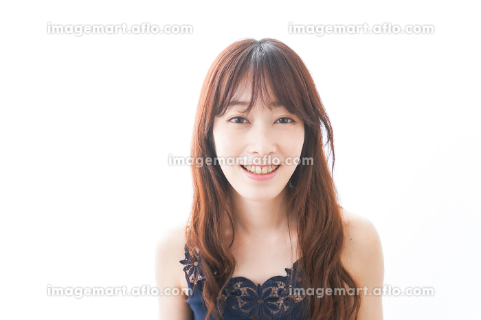 歯列矯正をする若い女性の販売画像