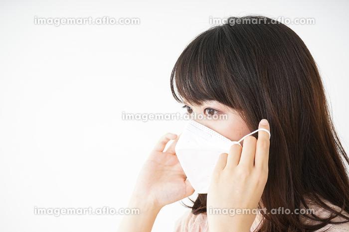 マスクをする若い女性の販売画像