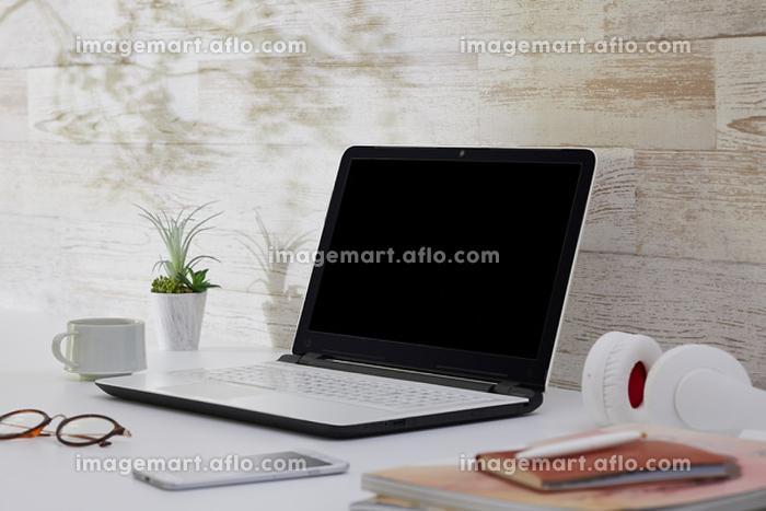 ノートパソコンが置いてある机の販売画像