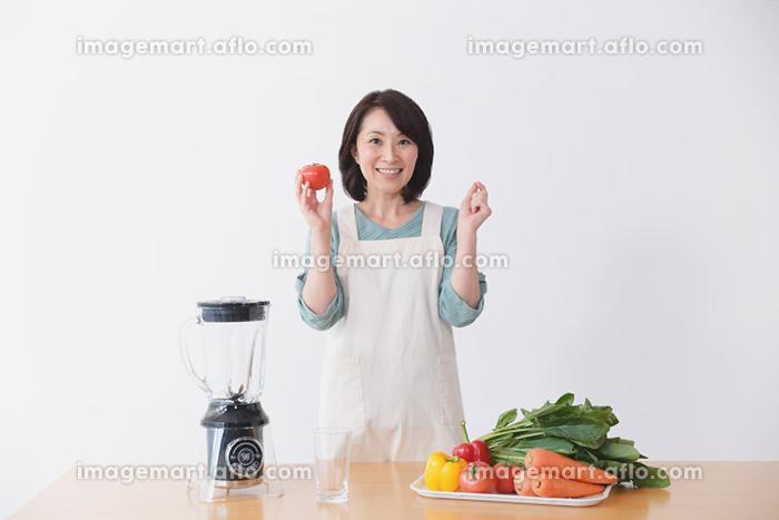 野菜ドリンクを作る40代日本人女性の販売画像