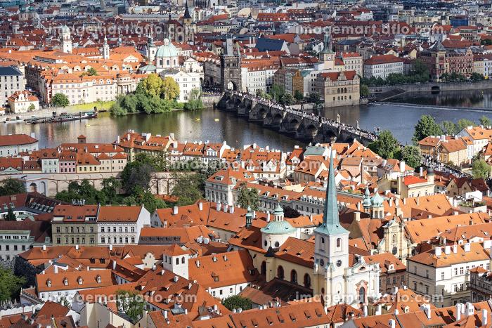 チェコ プラハ城からカレル橋とブルタバ川の景色を見るの販売画像