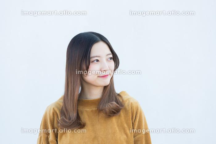 20代女性、冬の表情の販売画像