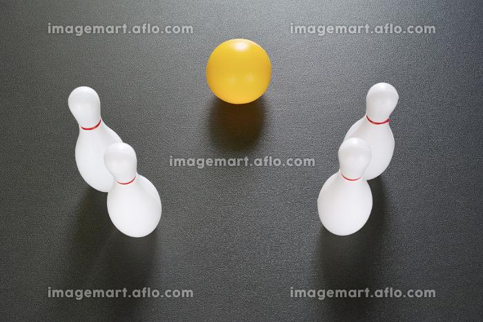 4本のボウリングのピンとボールの販売画像