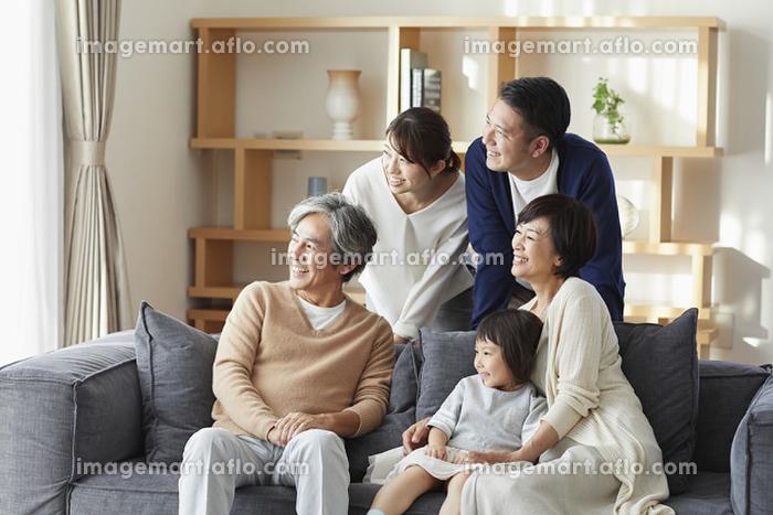 ソファで団らんする日本人三世代家族の販売画像