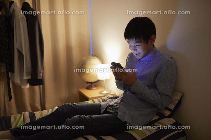 動画を見る男子中学生の販売画像