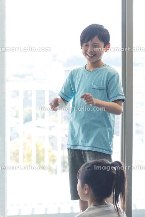 音楽の授業を受ける小学生の販売画像