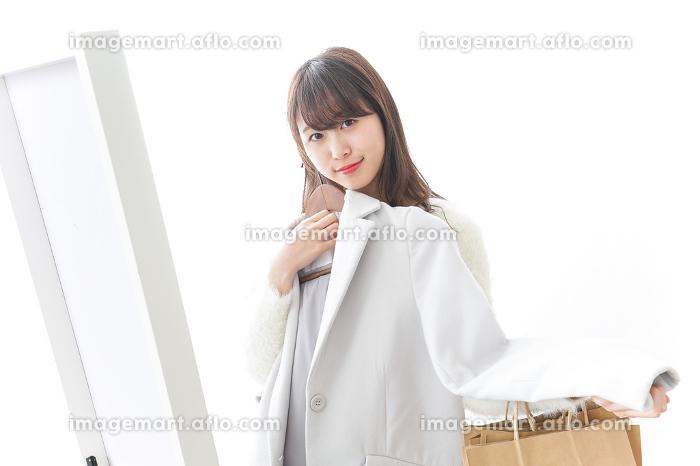 服を試着する女性の販売画像