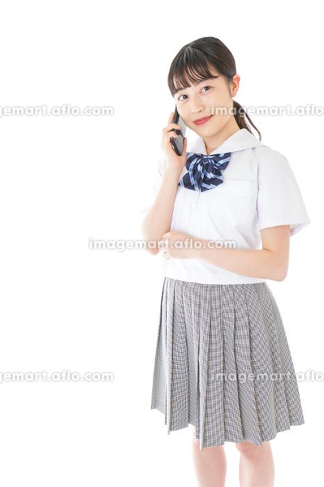 スマートフォンを使う若い女子学生の販売画像
