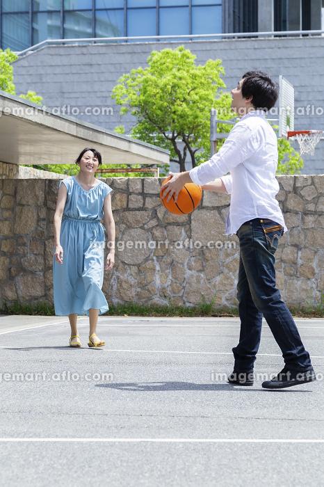 バスケをするカップルの販売画像