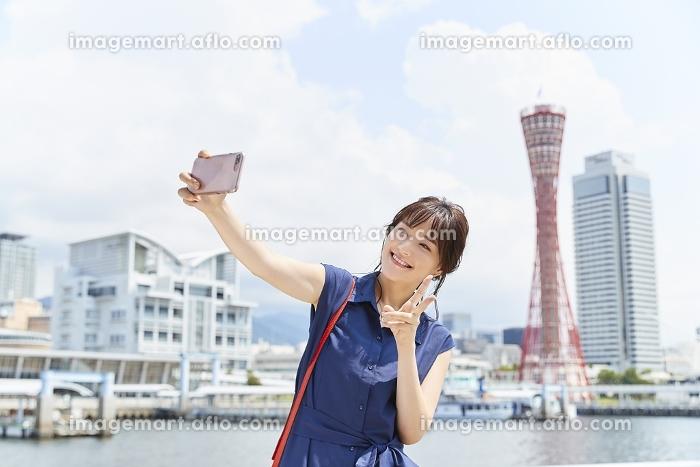 写真を撮影する日本人女性の販売画像