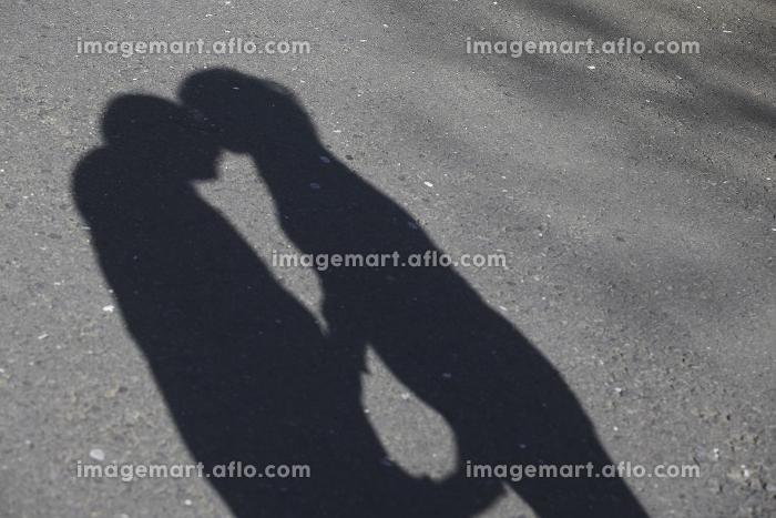キスをするカップルの影の販売画像