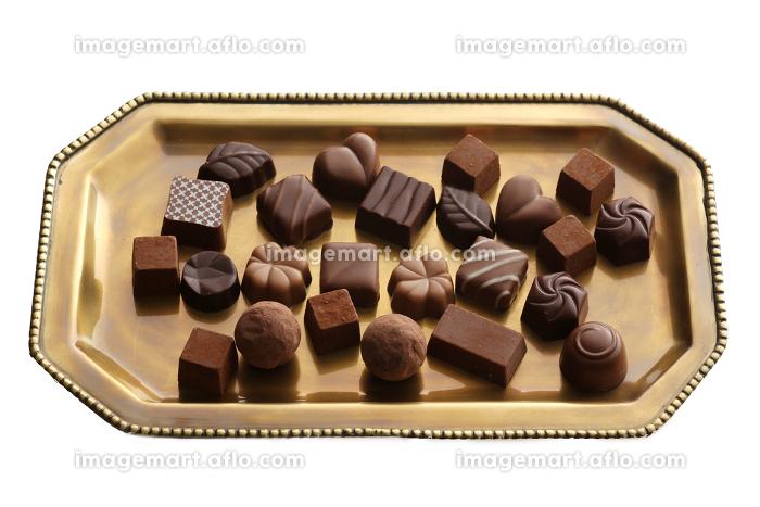 うすい色の背景や白色の背景に載せたチョコレートの販売画像