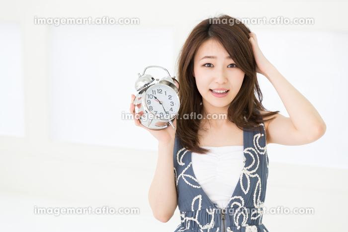 時計と女性の販売画像
