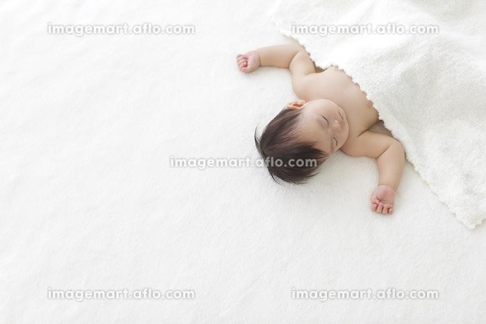 お昼寝する裸の赤ちゃん