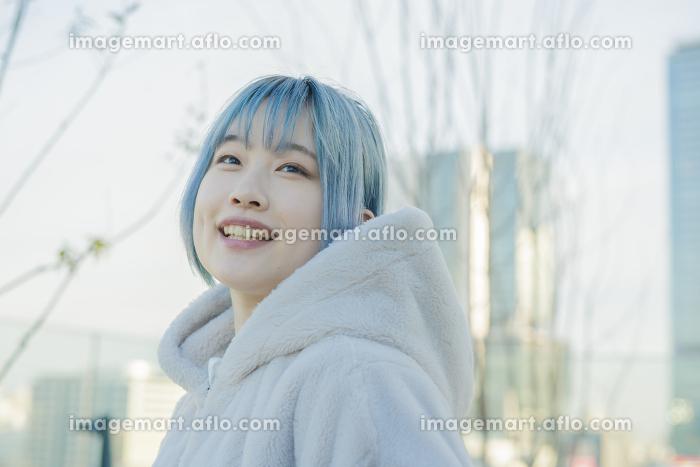 ブルーヘアの若い女性の販売画像