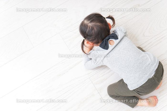 泣きわめく子供の販売画像