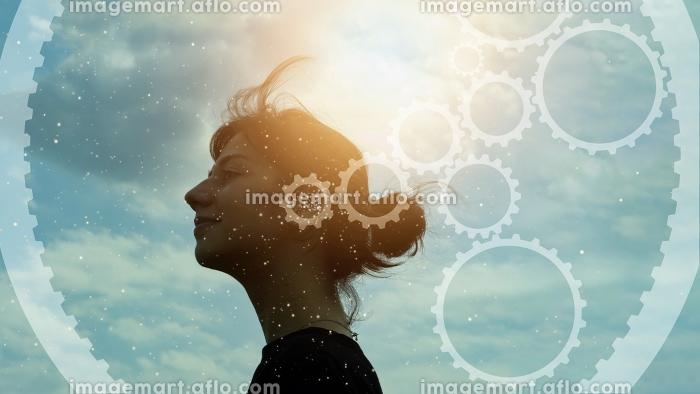 女性の横顔の写真とギアの合成CGの販売画像