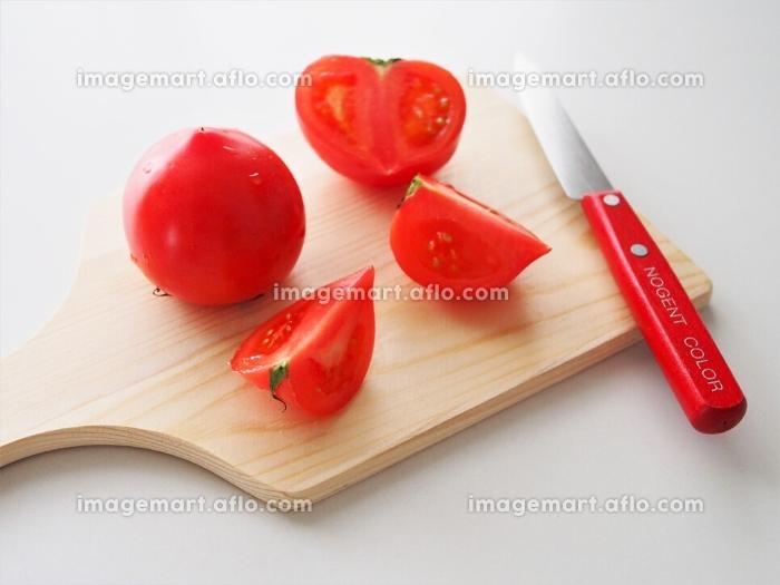 カッティングボードでトマトを調理の販売画像