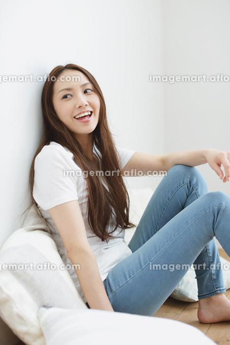 リビングの床に座る日本人女性の販売画像