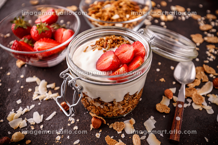 Granola baked with nuts and honeyの販売画像