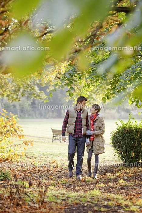 Young couple walking through the parkの販売画像