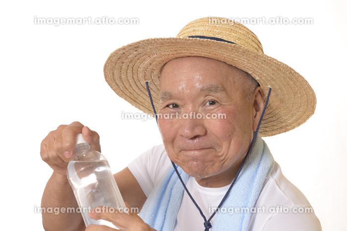 熱中症対策で水分補給するシニアの販売画像