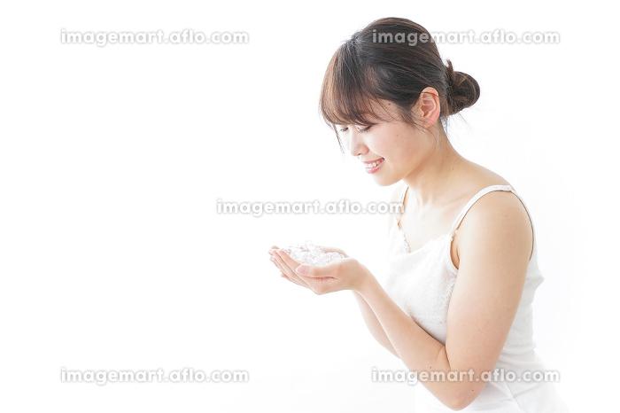 洗顔をする女性の販売画像
