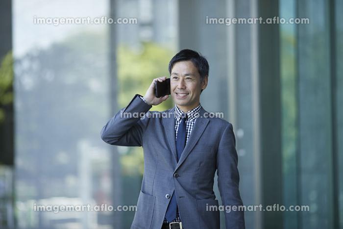電話をする日本人ビジネスマンの販売画像