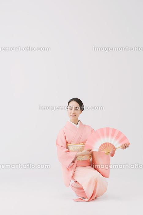 日本舞踊を踊る着物の女性の販売画像