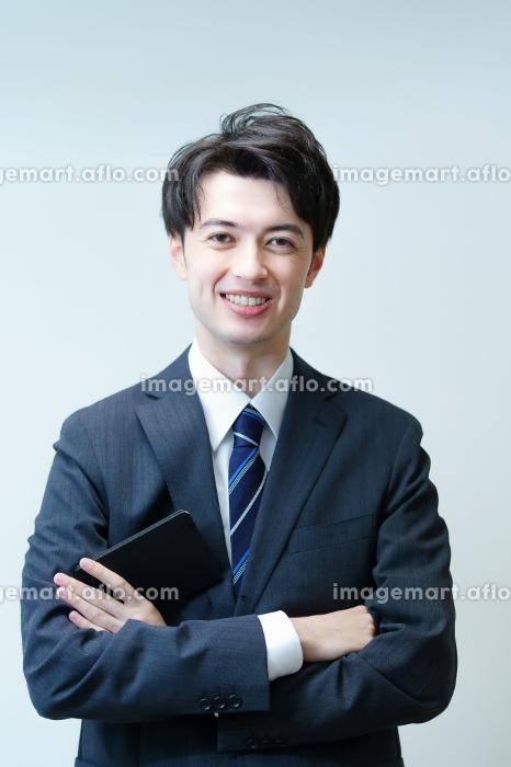 腕を組むポーズをする若手ビジネスマンの販売画像